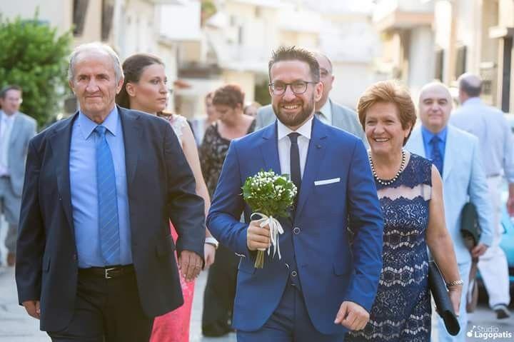 #Herecomesthegroom #groom #fatherofthegroom #motherofthegroom #family #wedding #smile #weddingphotography #weddingingreece #greekwedding #weddinginathens www.lagopatis.gr