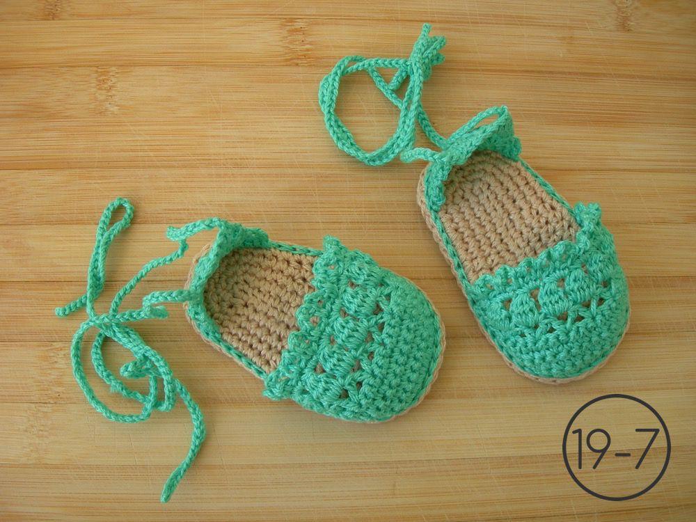 Alpargatas de color verde hechas a ganchillo con la suela imitando esparto, cordones largos para atar a los tobillos.
