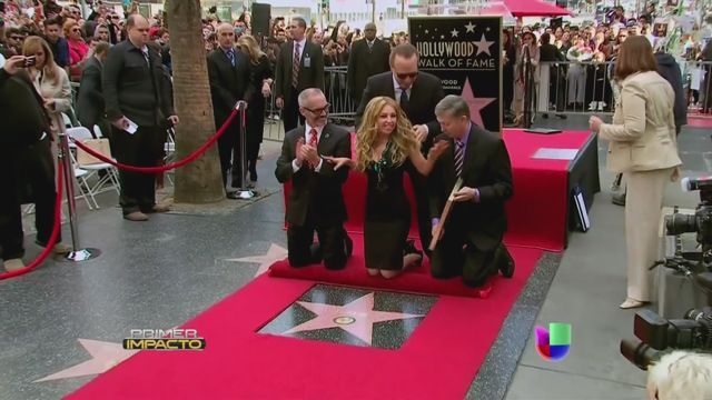 VIDEO: Thalía develó su estrella en el Paseo de Hollywood - http://uptotheminutenews.net/2013/12/05/latin-america/video-thalia-develo-su-estrella-en-el-paseo-de-hollywood/