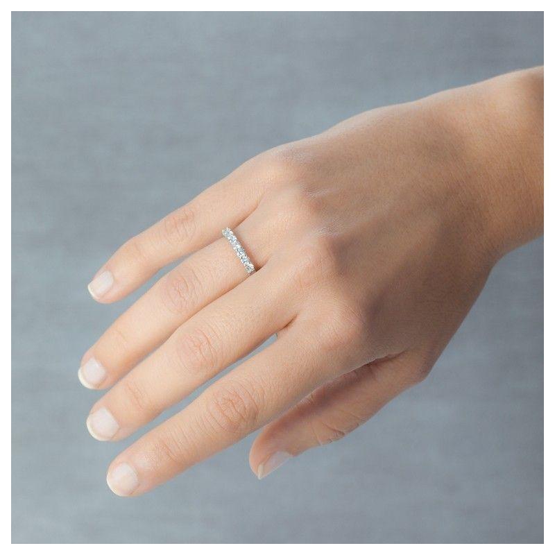 """""""Diamonds are a girl's best friend"""". Alianza de oro blanco y diamantes de 18 quilates con 7 diamantes y un total de 0.70ct. Se trata de una joya de oro blanco ideal como regalo de aniversario, alianza de boda o anillo de compromiso. Referencia 74B0059"""