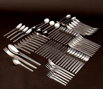 RVS bestek 75 delen ontwerp Arne Jacobsen 1958 uitvoering A.Michelsen / Denemarken vorken groot 9x vorken klein 9x lepels klein 9x mes groot 9x vismes 9x vorken klein 9x vleesvorkje groot 2x vleesvorkje klein 3x dienlepels klein 4x juslepel 1x serveercouvert 1 set lepels rechts 5x lepels links 4x