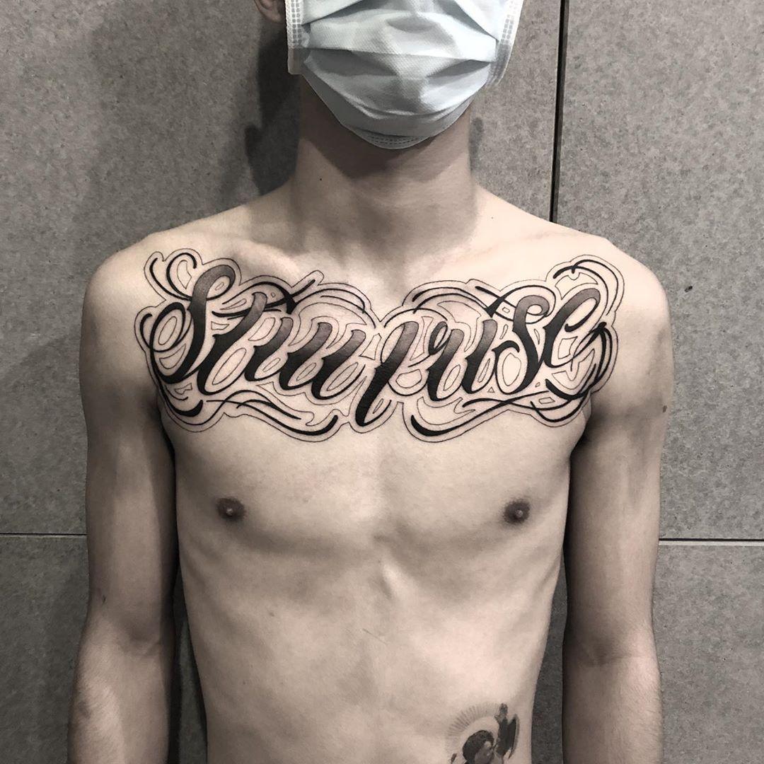 花起來 #chicano#blackandgreytattoos #chicanoart#chicanotattoo #letteringtattoo#freehandtattoo#scripttattoo#chicanolettering#tattoos #墨言刺青 #台灣刺青