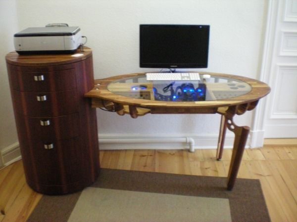 Integrated Computer Desk With Completely Visible Interiors And