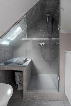 Une salle de bain sous pente ou sous combles en 52 photos! | Attic ...