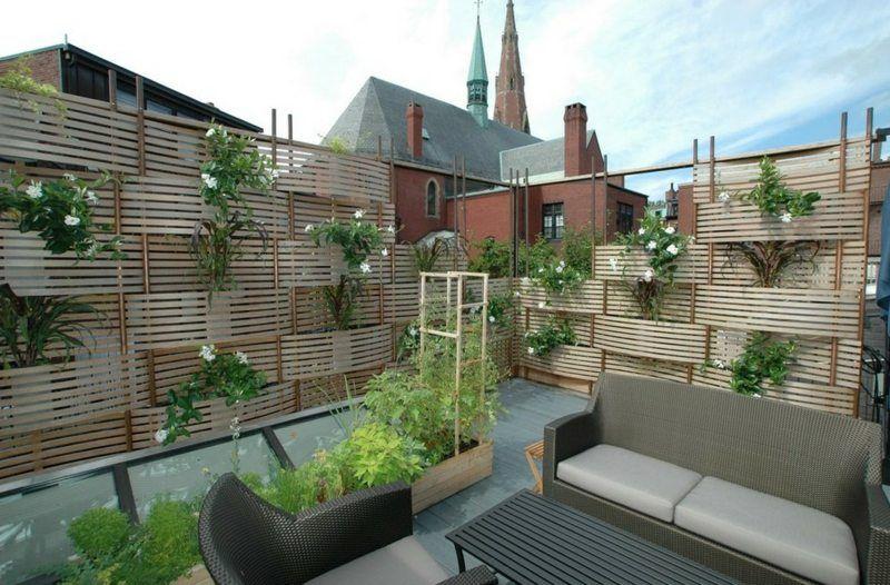 Auf Dem Balkon Mit Spalier Und Pflanzen Fur Privatsphare Sorgen