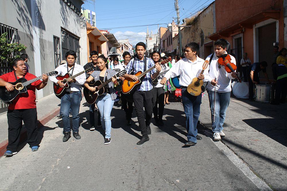 El grupo de música del #P01Cuernavaca también desfilaron entonando diversas canciones.