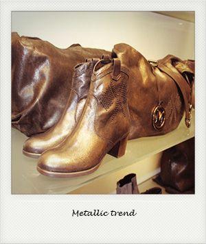 Helemaal on trend dit seizoen: de metallic look. Vooral voor dameslaarzen en tassen is een subtiele of meer opvallende metallic glans of kleur helemaal hot.   SHUZ.NL