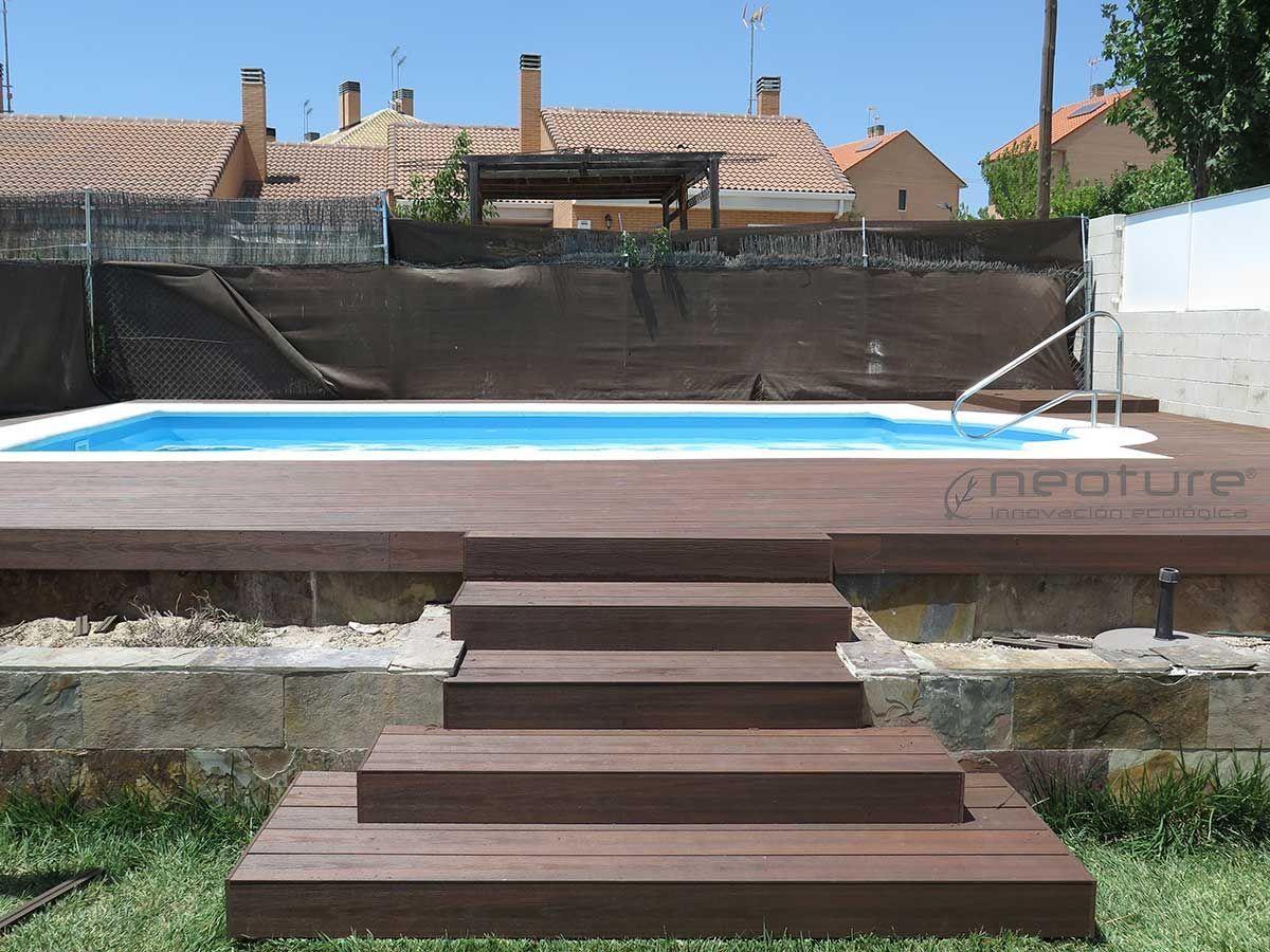 tarima en madera sinttica exterior colocada en escaleras acceso piscina