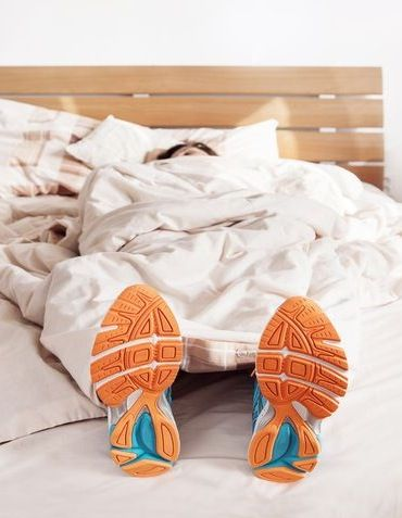 The alarm goes off and you're incredibly groggy. Is it better to hit the snooze button or roll out of bed and go to the gym?