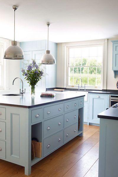 Schöner Holzboden, Farbe, Sprossenfenster, Pendelleuchten