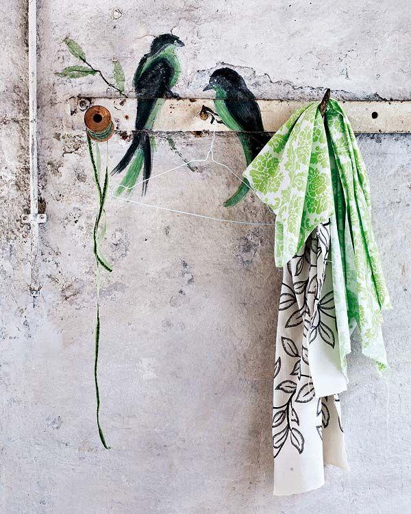 Muur | Knap hoe de hanger in de muur lijkt te verdwijnen. Het nadeel is echter dat niemand z'n jas meer durft op te hangen, om te voorkomen dat de mooie vogeltjes verdwijnen achter lagen stof. Dan zit jij weer met een stapel jassen over de keukenstoel...