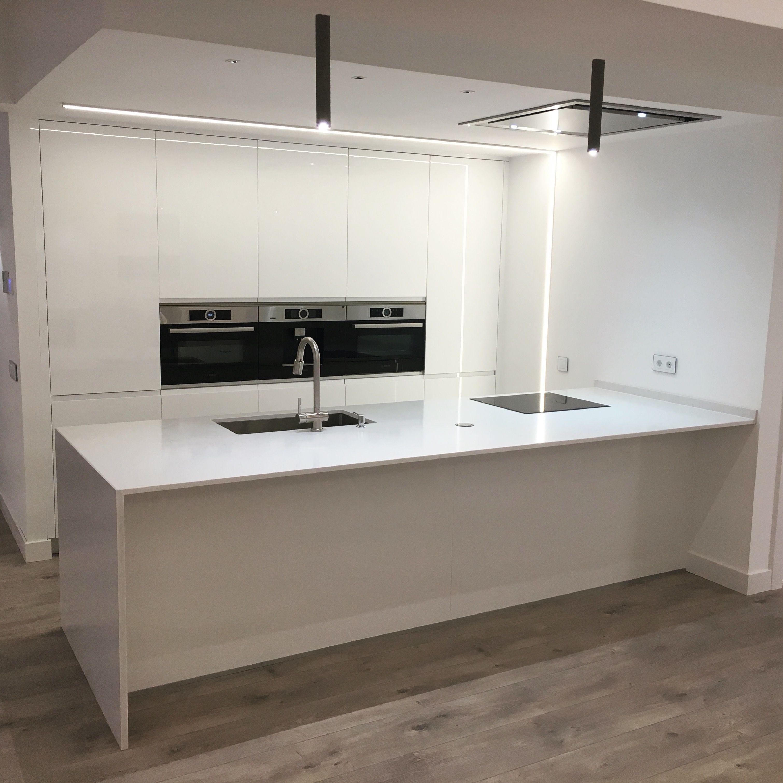 Cocina blanca con isla en silestone statuario en 2019 for Cocinas modernas blancas con peninsula