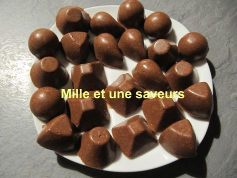 """A l'approche de Noêl, on s'active en cuisine, on teste de nouveaux chocolats. Et bien aujourd'hui je vous propose des chocolats """"toblerones"""", recette trouvée grâce à Caroline sur """"toblerone maison anapurna"""" que je remercie car ils sont vraiment délicieux,..."""