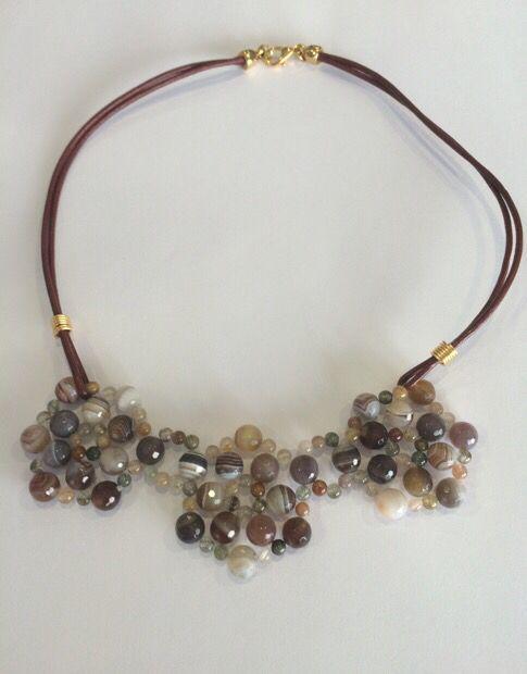 bd0f016fcf63 Collar cuero y piedras naturales. Materiales Farfalla