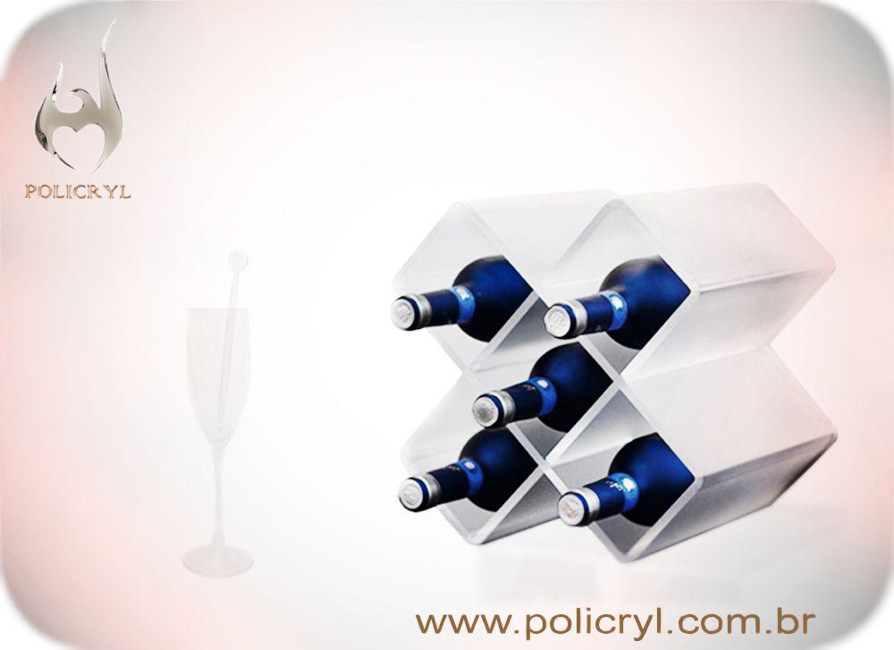 Suporte de garrafa e taça em acrílico, ideal para festas.  Bottle support and goblet in acrylic, ideal for parties.