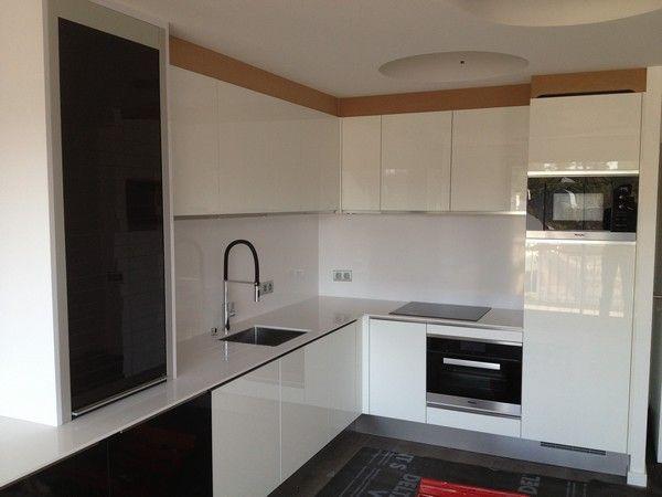 Cuisine lin aire meubles finition laque noire cot salon for Cuisine integree blanche