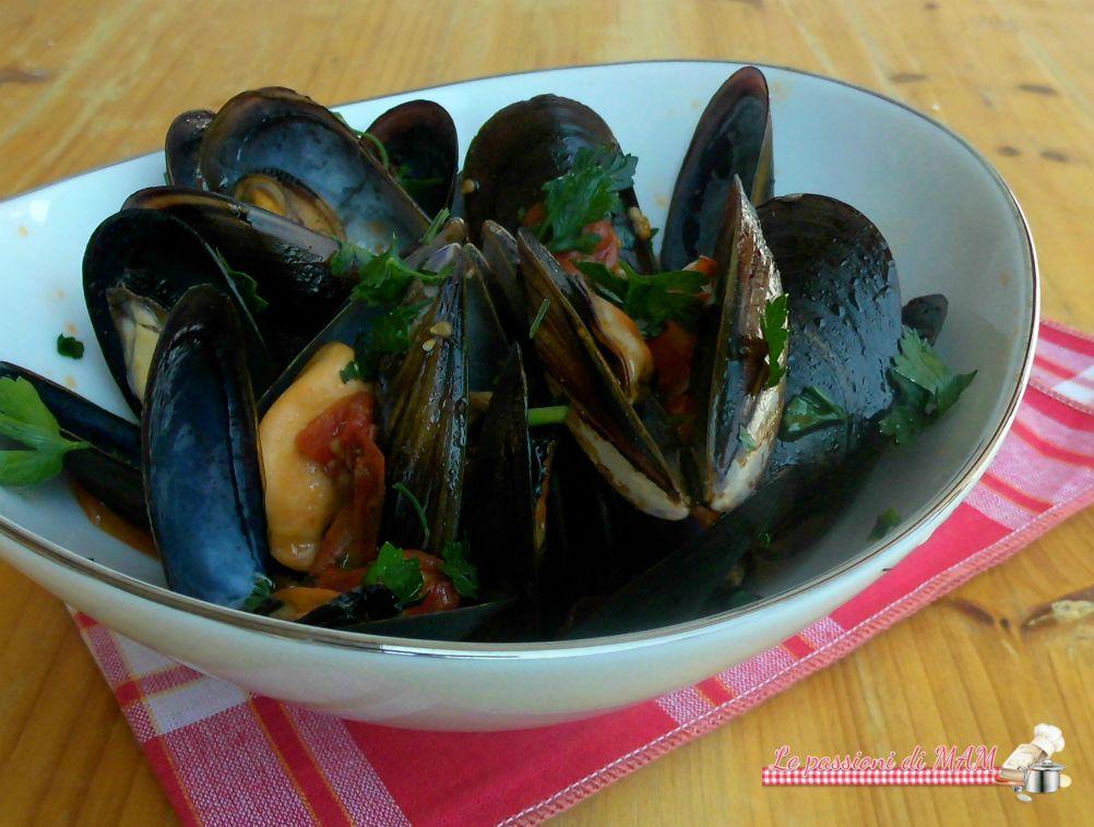 Cozze al pomodoro, semplice secondo piatto di pesce o eccellente antipasto di mare facile e veloce da preparare. Blog giallo zafferano.