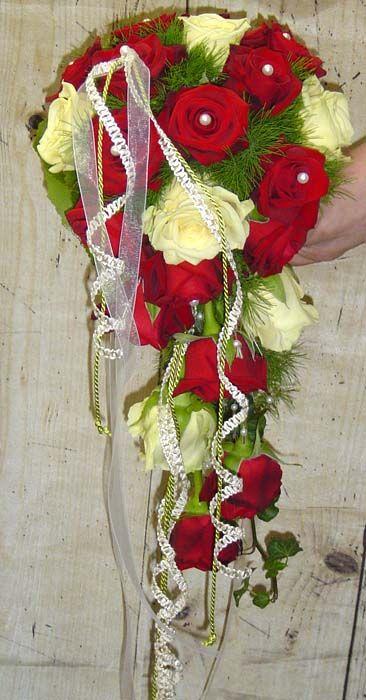 Brautstrau rote und weie Rosen  Brautstrau  Wedding