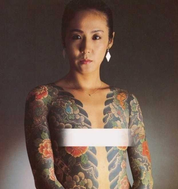 Yakuza woman's body portrait is full of tattoos, p