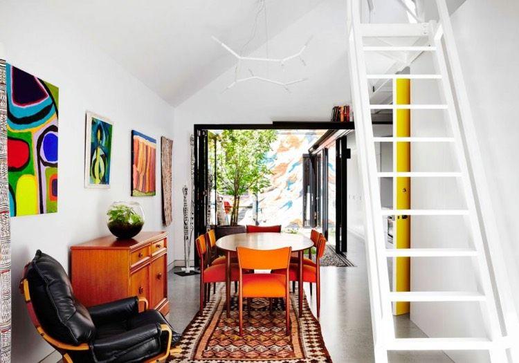 Bohemian Dekor, weiße lineare Küche und Innenhof Alfred