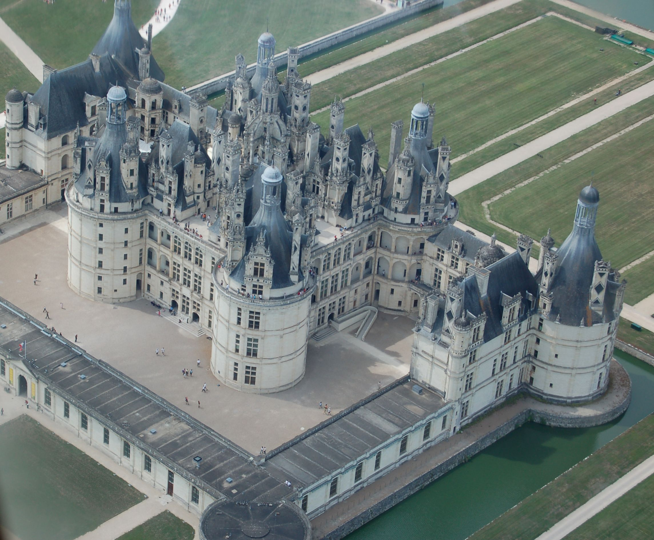 The Royal Chateau De Chambord At Chambord Loir Et Cher France Is One Of The Most Recognizable Chateaux In The World Bec Chateau De Chambord Chambord Chateau