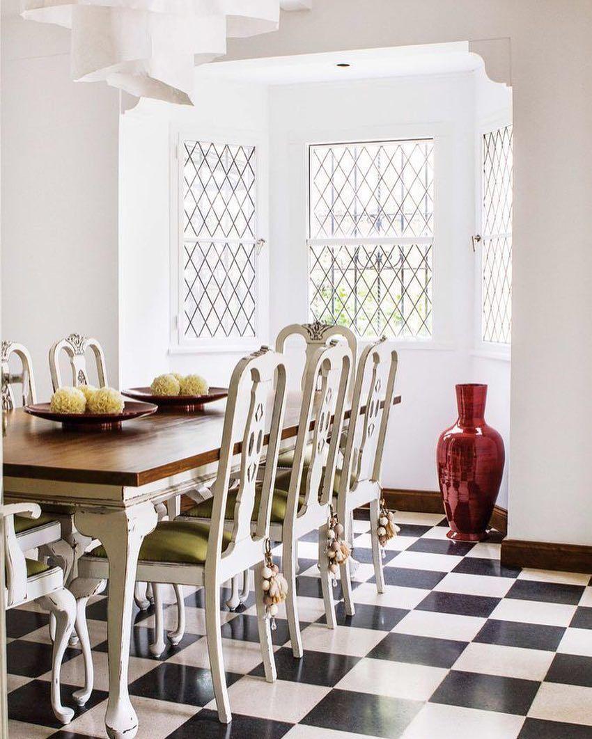 mesa clasica sillas modernas