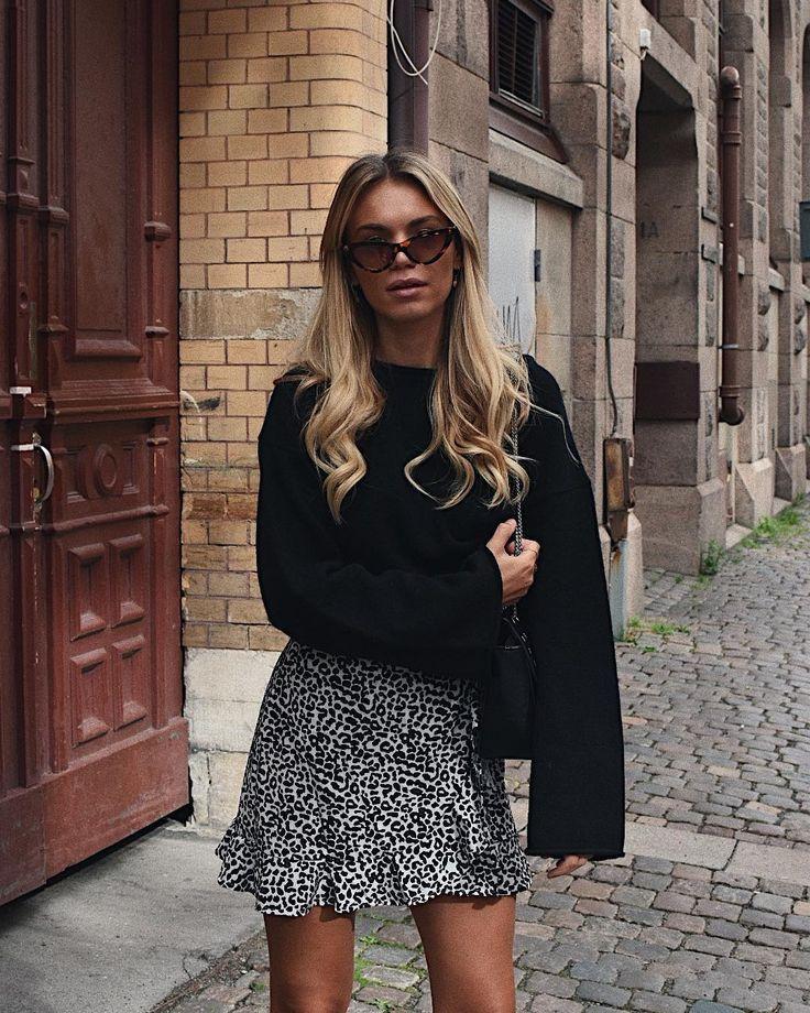 Bedruckter Schal // Jeans skinny // Baskets Weiße // Lederjacke // Led… – M …,  #baskets #B… – Spring Outfit