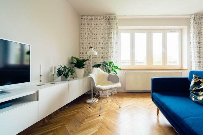 bunte Vorhänge, viel natürliches Licht, weiße Wohnwand Ideen für