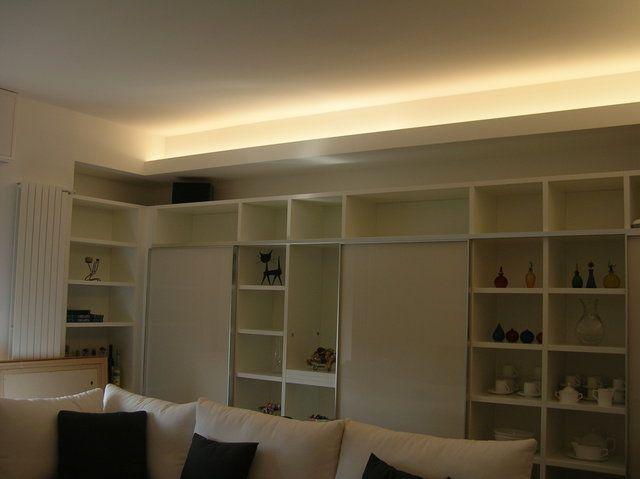 Il contro soffitto di una cucina illuminato da una striscia led a ...