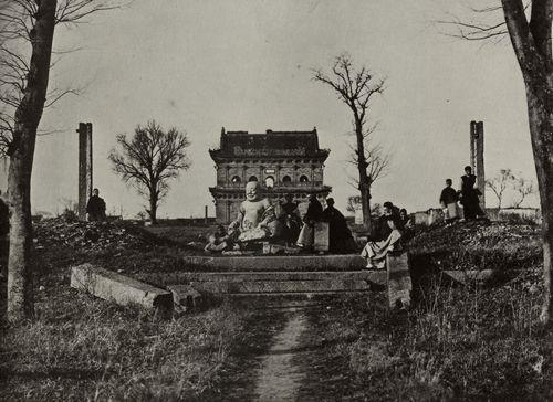 Chinesischer Photograph um 1865: Europäer und Chinesen bei einem Tempel neben Soochow