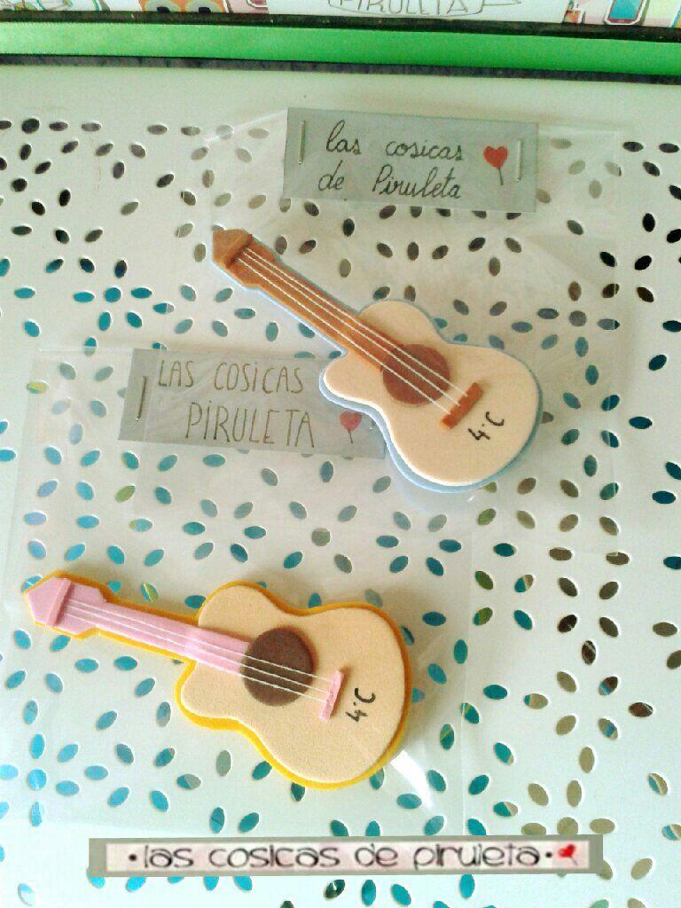 Pedido de 30 broches con forma de guitarra en goma eva, para niños ...