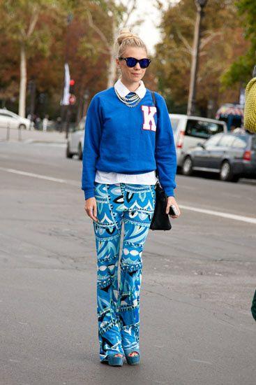 Street Style: los primeros looks de primavera. Azul primavera: sweater de algodón y pantalones 70's.