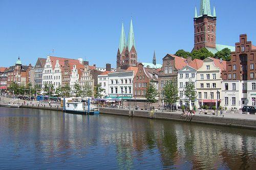 https://www.traum-ferienwohnungen.de/reisemagazin/wp-content/uploads/2012/06/blick-auf-luebeck-mit-kirchtuermen.jpg