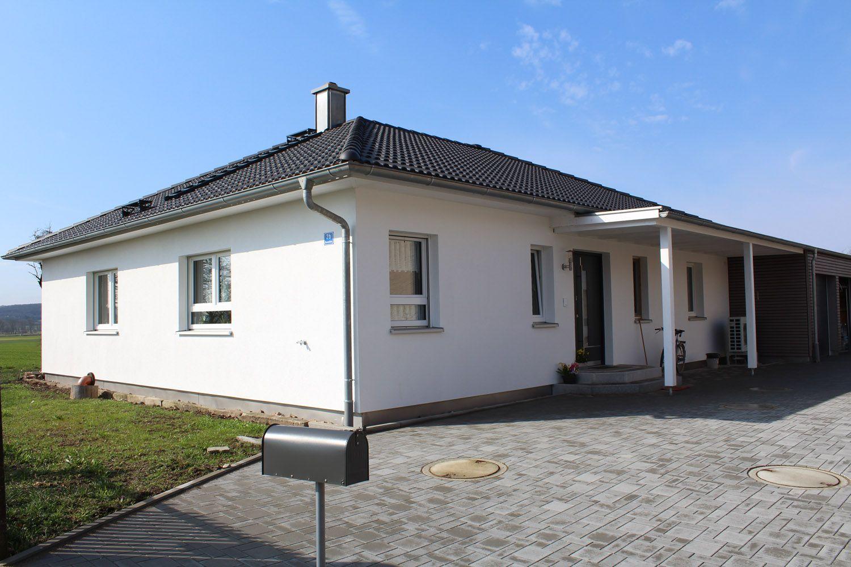 Einfamilienhaus bungalow zeltdach holzhaus garage modern for Holzhaus modern einrichten