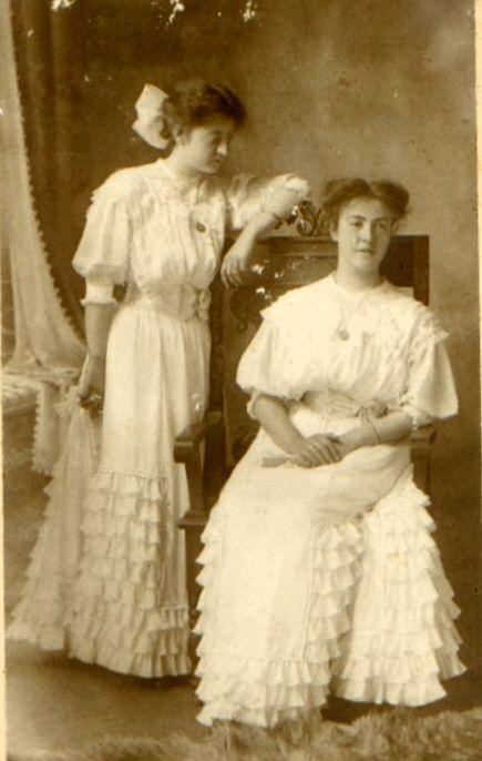 Tias Carmen e Judith em visita à casa da vovó.