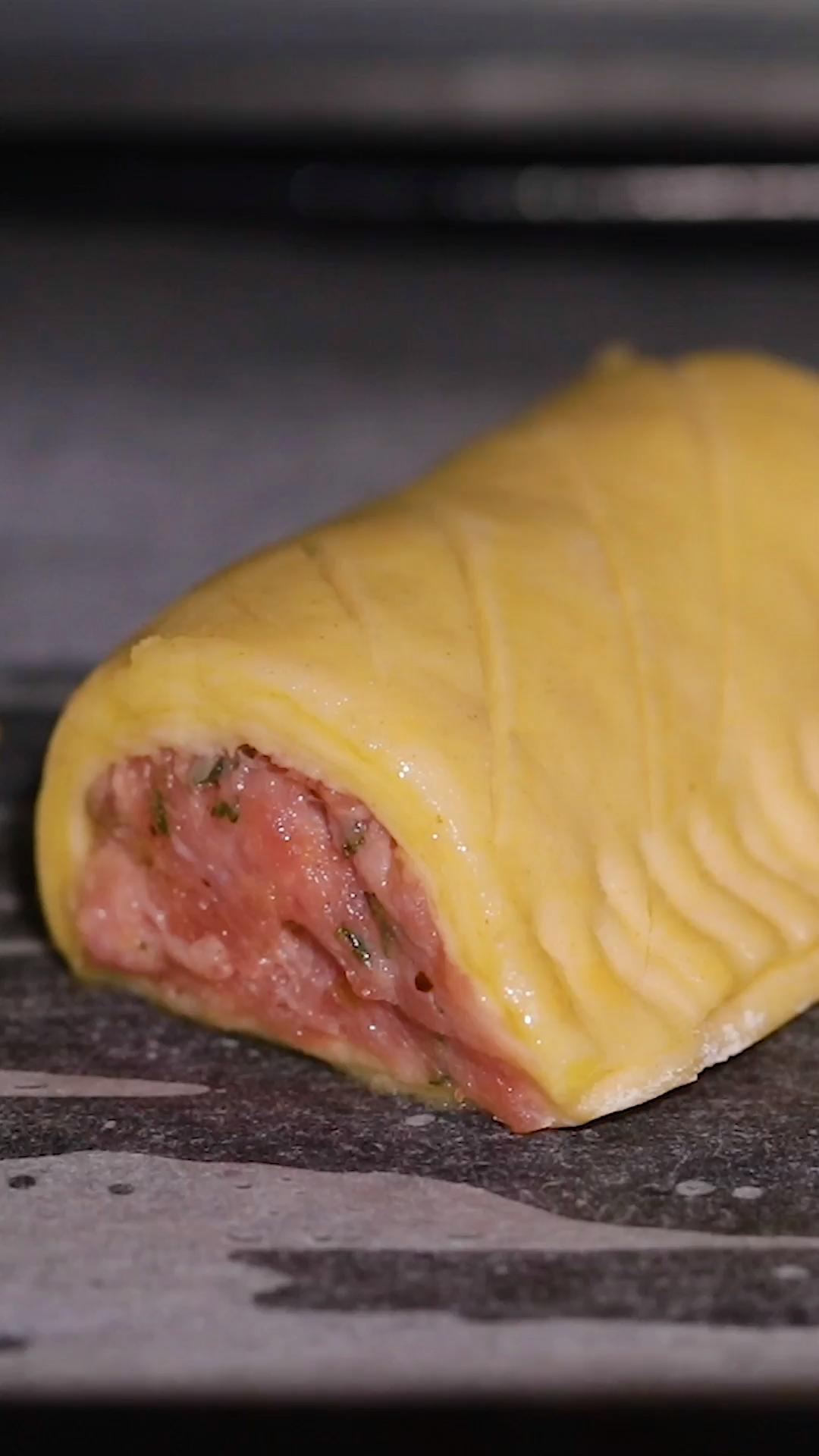 Marre des friands jambon fromage ? Pourquoi ne pas donner leur chance à ces friands aux saucisses. Si tu recherches une recette de friands originale, celle-ci va beaucoup te plaire. Pourquoi ? Parce que non seulement on t'apprend à réaliser une pâte feuilletée facile des plus gourmandes, mais on va également te montrer comment tirer le meilleur de cette recette simple et rapide.