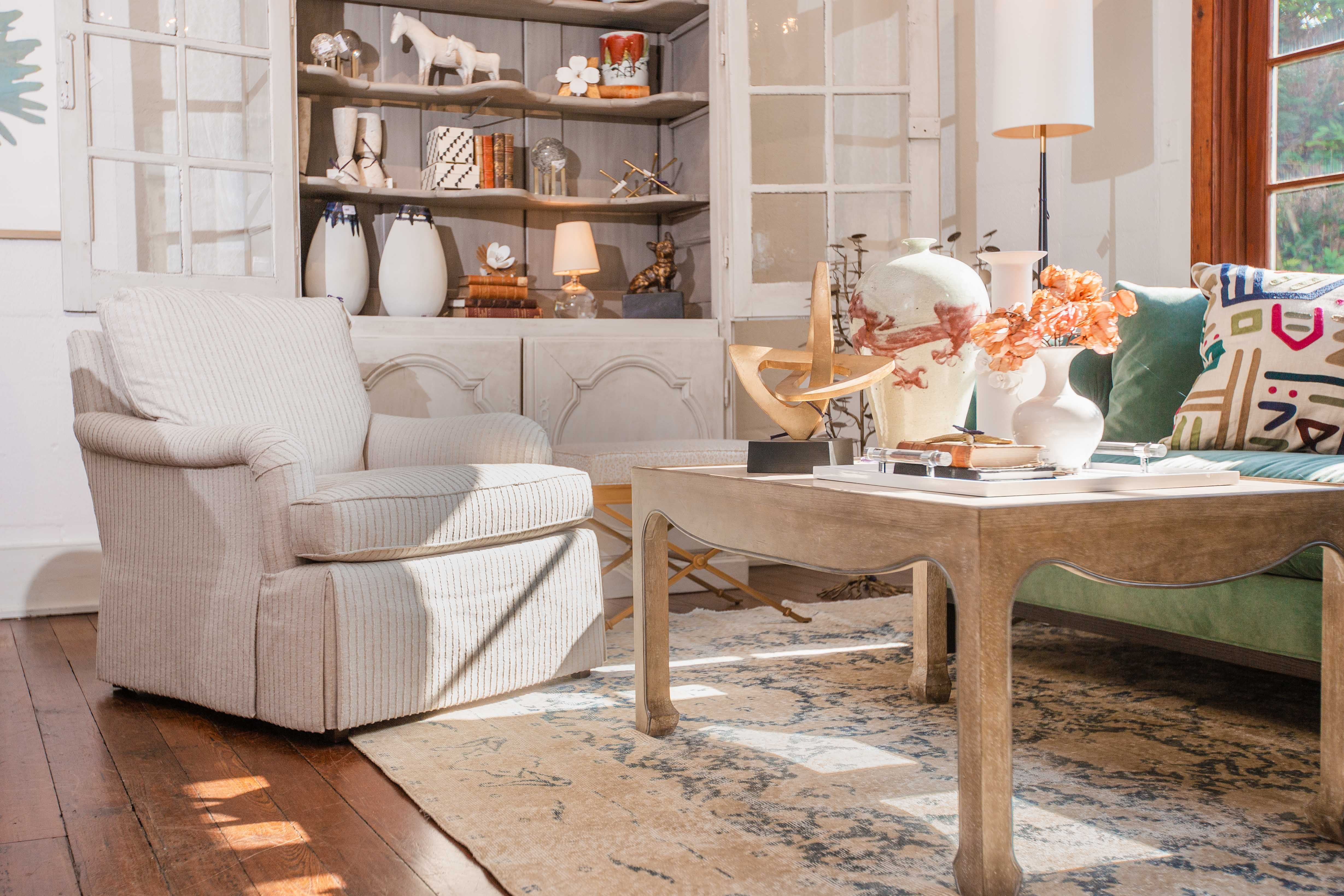 Raise Your Hand If This Chair Makes You Want To Curl Up With A Cup Of Coffee Or Tea Interiordesign Residentialinteriordesign Residentialdesign D En 2020