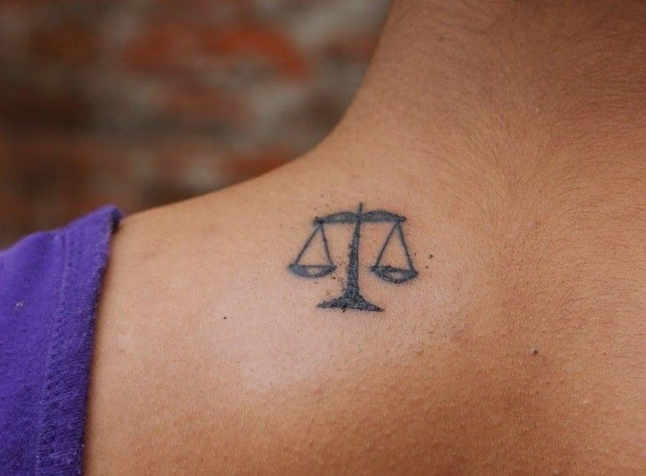 tatouage discret balance de la justice sur l'épaule | tatouages