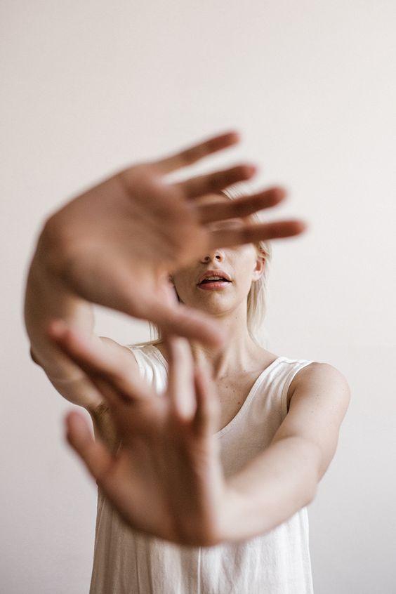 Les avantages cachés d'être incroyablement mal à l'aise – Wit & Delight   Concevoir une vie bien vécue   – * Portraits: Woman