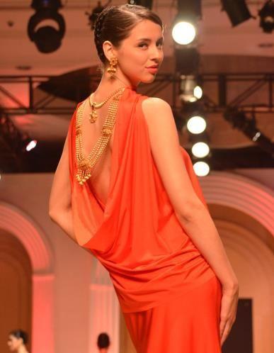 A model walks the ramp for AZVA (© Varinder Chawla)
