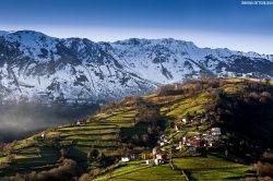 Atardece sobre la falda del Aramo (Asturies).