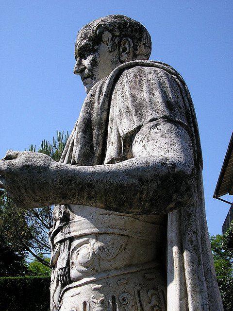 Statue of Julius Caesar. On the Esplanade Jules Cesar, above the Roman Museum in Nyon. - VERCINGETORIX. 3 Guerre des Gaules, 3.2 La guerre des Gaules; 5: Vercingétorix est probablement envoyé par les Arvernes auprès de César, librement, à la tête d'un escadron de cavalerie gauloise, et non pas livré comme otage (pratique romaine courante pour s'assurer de la loyauté ou de la neutralité de la nation à qui l'on demande des otages), comme le suggère DION CASSIUS qui décrit leur amitié.