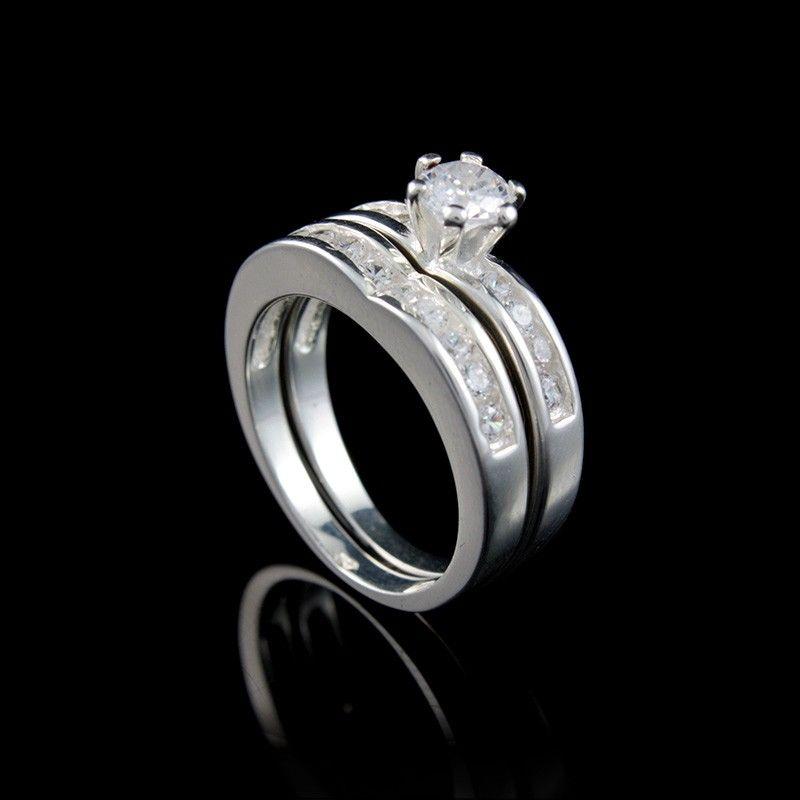 Anel duplo, solitário com aro liso e uma pedra de zircônia branca em  formato redondo, meia aliança com zircônias brancas redondas. 3508cc6800