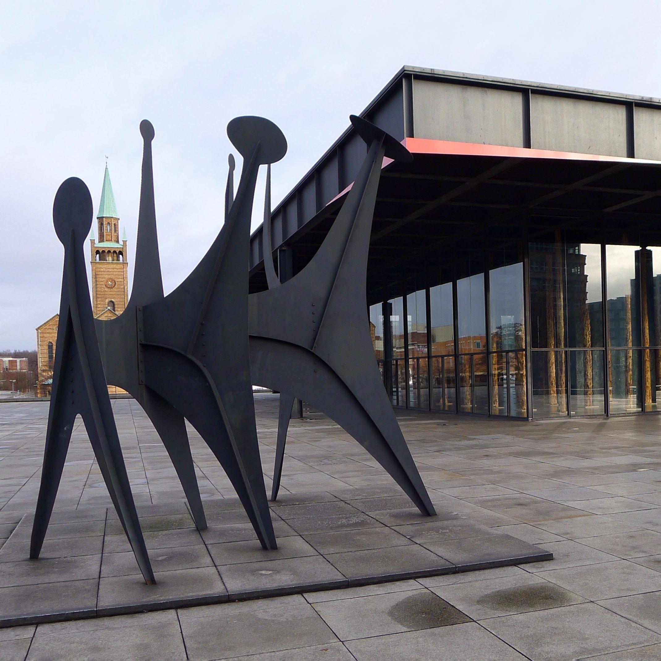 berlin | deutschland | têtes et queue vor der neuen nationalgalerie | calder