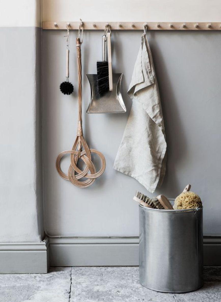 Sie Ist Nicht Nur Praktisch Sondern Auch Richtig Dekorativ Die Gute Alte Haken Resp Garderobenleiste H Hakenleiste Garderobe Hakenleiste Hakenleiste Küche
