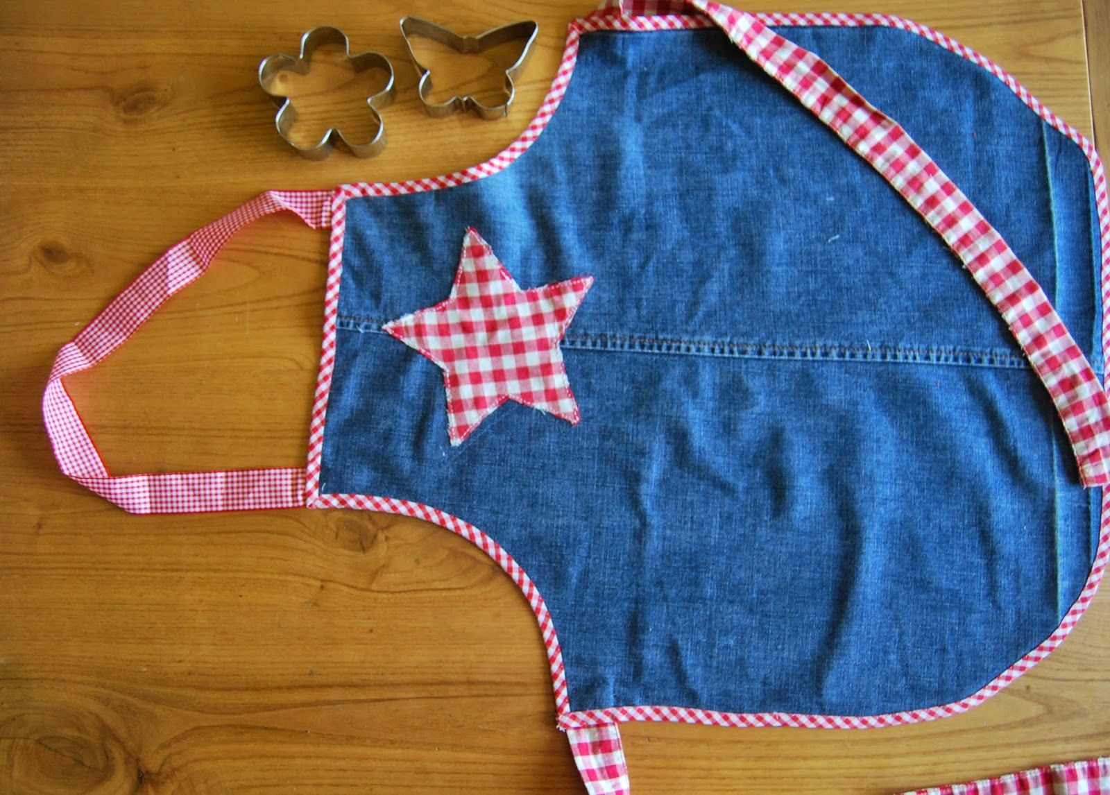 Reciclando vaqueros gastados: un delantal para niños handmade. Handmade apron for kids made from old jeans.