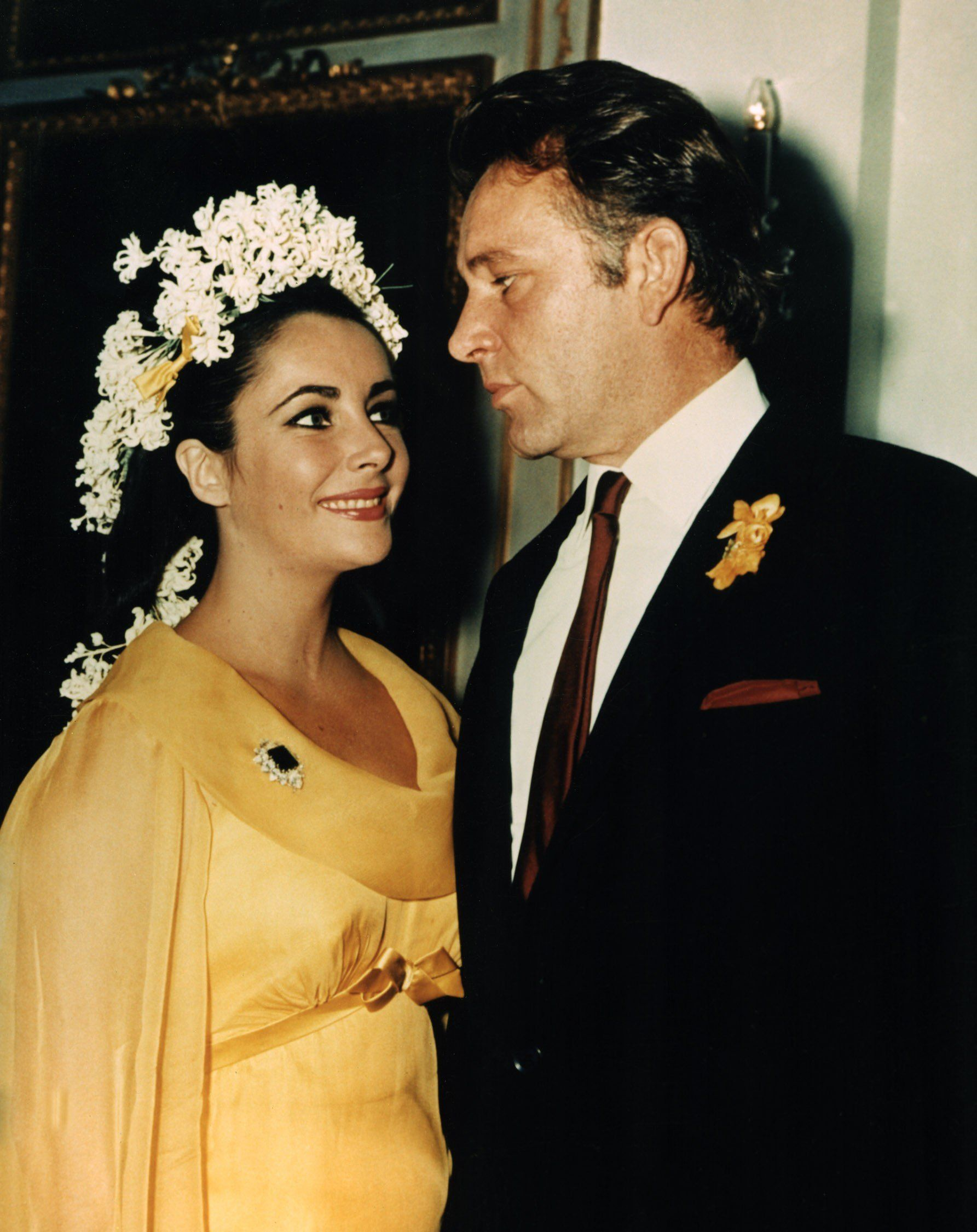 Elizabeth Taylor This Violet Eyed English Actress Wed Richard Burton For The First Time In 196 Celebrity Bride Celebrity Wedding Dresses Celebrity Weddings