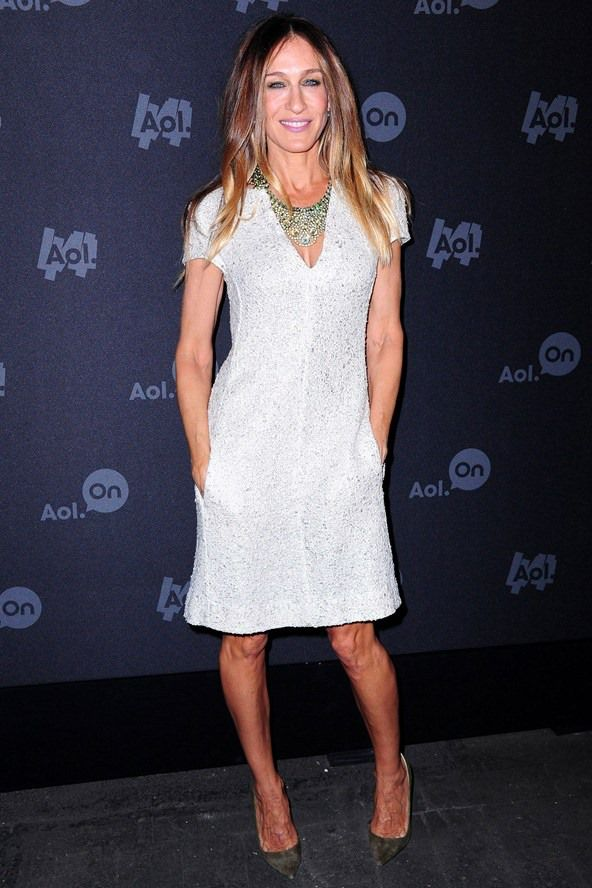 Wearing white? Do jazz it up. A simple shift - like #SJP's sparkly v-neck number - gets grounded with grey suede courts and bit of neck bling.