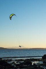 Kitesurfing at sunrise. North Beach, Port Townsend, Washington. - afbeelding | Adobe Stock