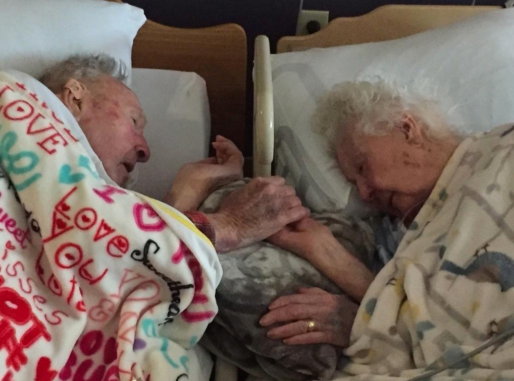 Herzzerreißender Abschied: Mann hält Hand seiner sterbenden Frau